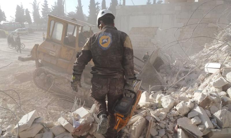 عنصر دفاع مدني خلال عمليات إزالة أنقاض منازل مدنيين تعرضت لقصف قوات النظام والحليف الروسي - 22 آذار 2020 (الدفاع المدني/فيس بوك)