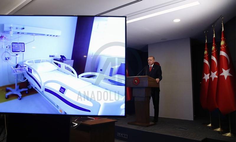 الرئيس التركي رجب طيب أردوغان خلال مشاركته بافتتاح المدينة الطبية في باشاك شهير عن طريق الفيديو- 20 من نيسان (الأناضول)