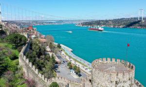 """قناة """"البوسفور"""" في إسطنبول التركية عندما تحول لون مياهها للأزرق الفاتح- 10 من نيسان (TRT/Twitter)"""