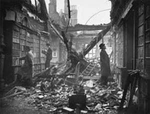 صورة تظهر الدمار التي خلفته الحرب العالمية الثانية في العاصمة البريطانية لندن (Historic England)