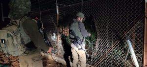 الجيش الإسرائيلي وهو يصلح السياج الحدودي مع اللبنان- 18 من نيسان (المنار)