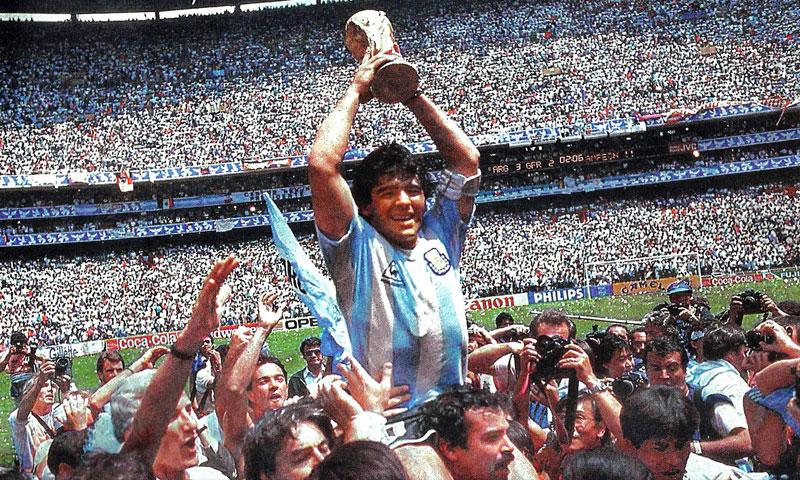 مارادونا يرفع كأس العالم 1986 (ويكيبيديا)