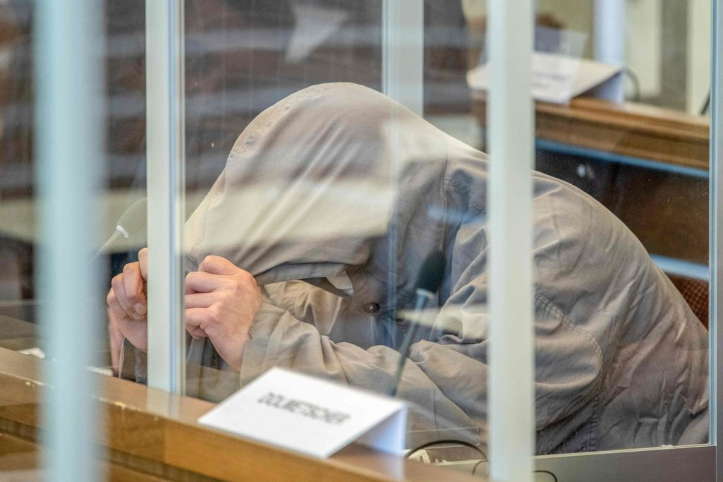 السوري إياد الغريب أمام محكمة ألمانية في كوبلنس لاتهامه بارتكاب جريمة ضد الإنسانية حين كان ضابطًا في جهاز أمن الدولة السوري في فرع الخطيب الأمني - 23 نيسان 2020 (AFP)