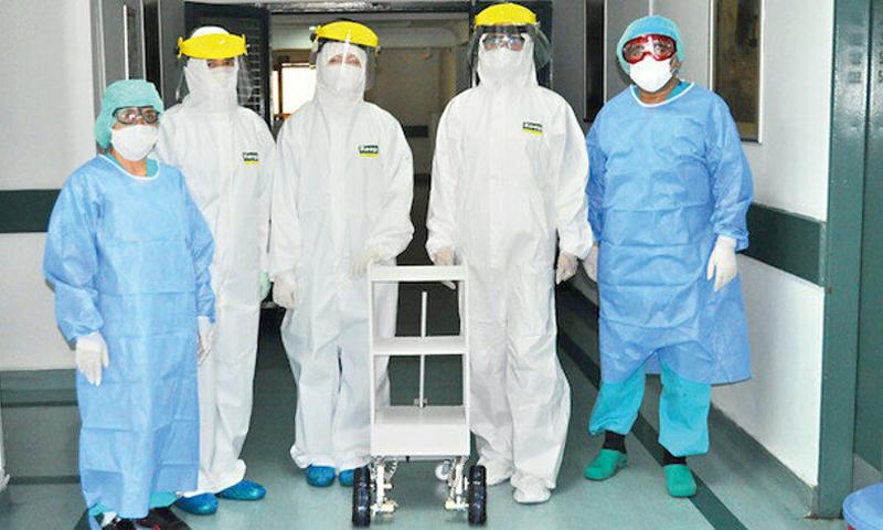 """""""الروبوت تتروبو"""" التركي مع أطباء وممرضين في تركيا- (الأناضول)"""