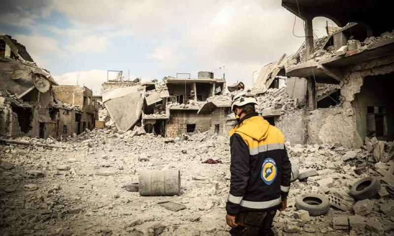 عنصر من الدفاع المدني يقف في مكان دمره قصف النظام وروسيا - 3 نيسان 2020 (الدفاع المدني)