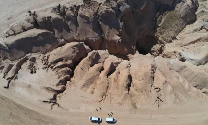 """حفرة """"الهوتة"""" حيث المقبرة الجماعية التي نفذتها """"داعش"""" بحق نشظاء ومعارضين لها في شمال سوريا أيلول 2018 - (هيومن رايتش ووتش)"""