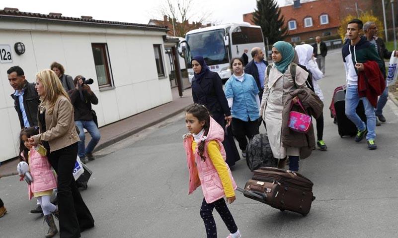 أول دفعة من اللاجئين السوريين تصل ألمانيا من تركيا بالطائرة نيسان 2018 (رويترز)