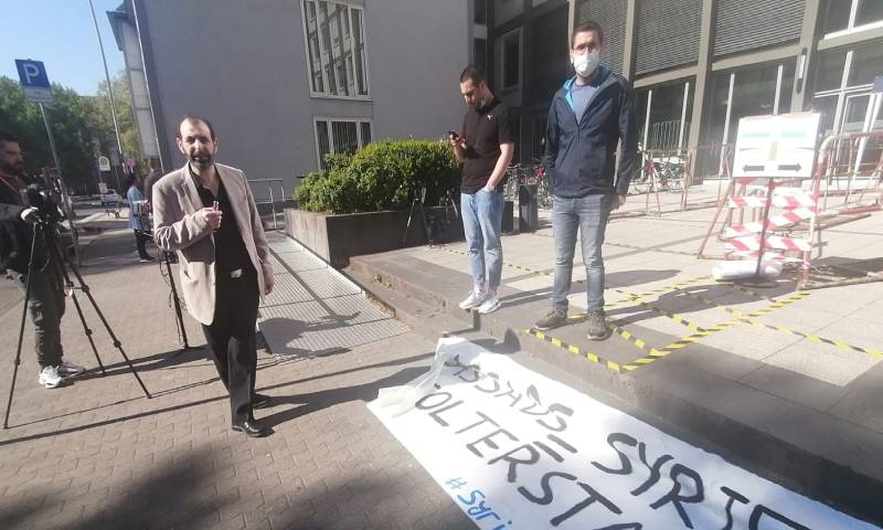 """المحامي والناشط الحقوقي السوري أنور البني من أمام محكمة """"كولييز العليا"""" في ألمانيا خلال جلسات محاكمة أنور رسلان وإياد الغريب في أيار 2020 - (ذا ليفينت نيوز)"""
