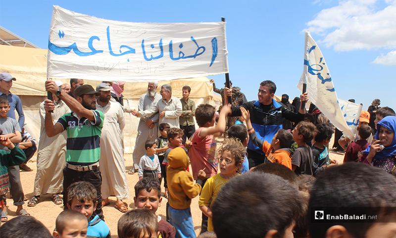 """أطفال نازحي مخيم """"العمران"""" غربي حربونش يتظاهرون بسبب عدم توفر الطعام والماء والخبز، وانعدام الخدمات- 10 من أيار (عنب بلدي)"""