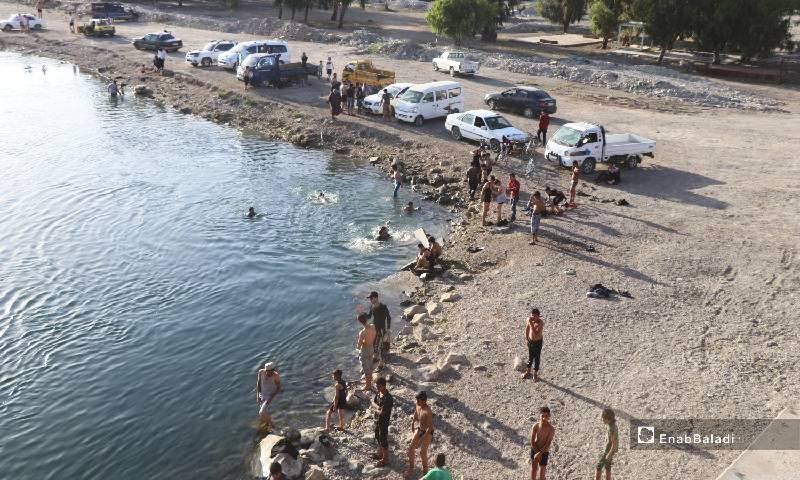إقبال على السباحة في نهر الفرات مع ارتفاع درجات الحرارة 12 من أيار 2020 (عنب بلدي)