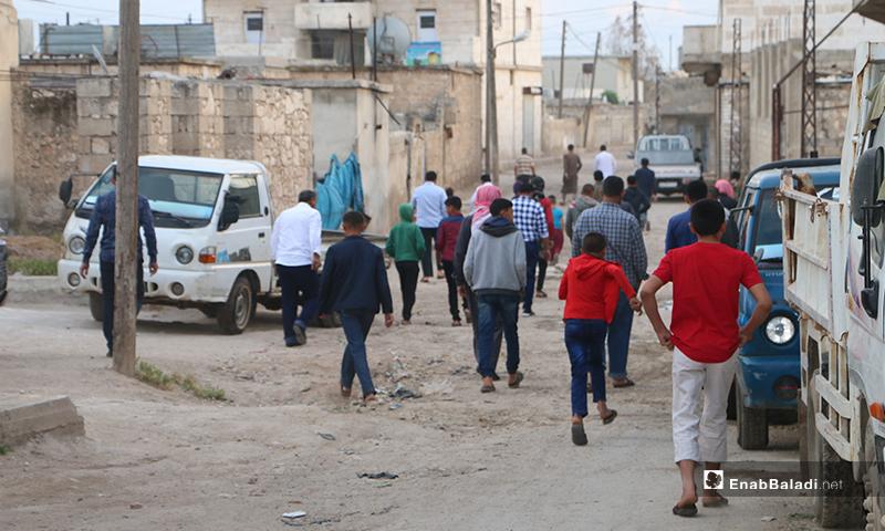 توجه الأهالي إلى المسجد لأداء صلاة عيد الفطر في بلدة دابق شمال حلب - 24 أيار 2020 (عنب بلدي/ عبد السلام مجعان)