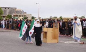 الداعية عبد الرزاق المهدي حلال إمامته صلاة العيد على الطريق الدولي حلب اللاذقية - 24 أيار 2020