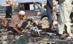 لكن أهالي مخيم دير حسان لا يشغلهم شيء حاليًا سوى لملمة ما تبقى من رماد أمتعتهم- 17 من أيار (يوسف غريبي/عنب بلدي).