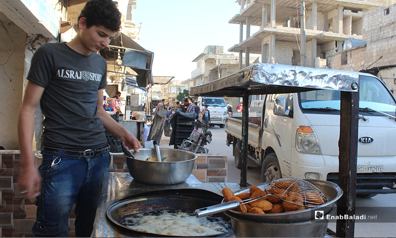 طفل يقلي الفلافل بمطعم ببلدة سرمين في ريف إدلب الشرقي- 8 من أيار (عنب بلدي)