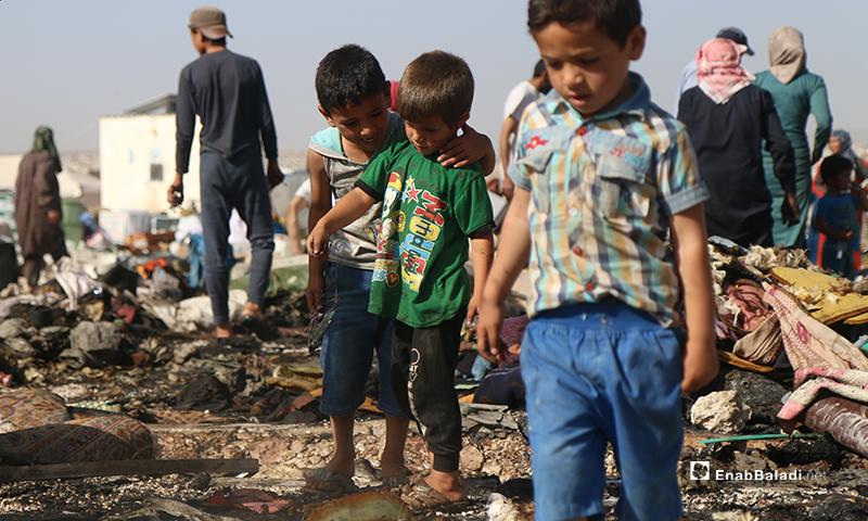بينما يطمئن طفل آخر أن هذا الحريق لم يسفر عن إصابات بين أصدقائه وأهالي المخيم- 17 من أيار (يوسف غريبي/عنب بلدي).