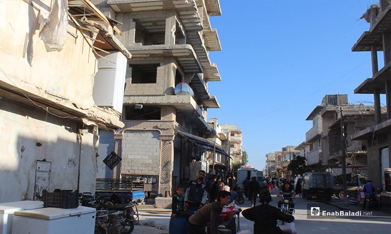 الحركة في الشارع الرئيسي ببلدة سرمين بريف إدلب الشرقي قبل الإفطار- 8 من نيسان (عنب بلدي)