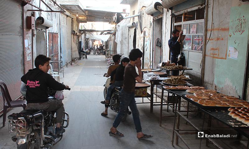 أطفال يشترون المعروك في بلدة سرمين بريف إدلب الشرقي قبل الإفطار- 8 من أيار (عنب بلدي)