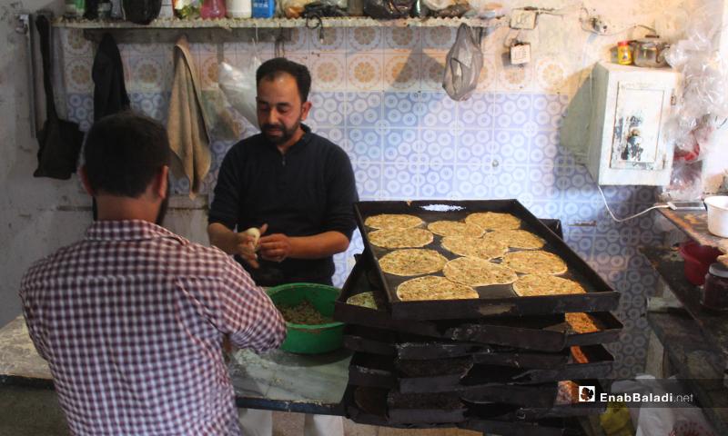 قصاب يصنع اللحم بالعجين في بلدة سرمين بريف إدلب الشرقي- 8 من أيار (عنب بلدي)