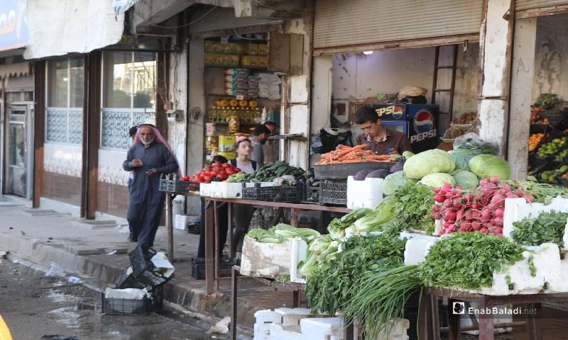 محل لبيع الخضروات في أسواق مدينة الرقة 12  من أيار 2020 (عنب بلدي)