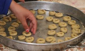 فمن الكعك الدائري الشكل الذي يكون طعمه مالحًا أو حلوًا حسب الاختيار- 18 من أيار (عبدالسلام مجعان/ عنب بلدي)