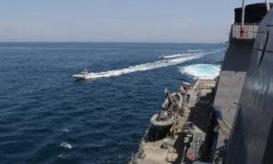 تظهر هذه الصورة التقطت من سفينة تابعة إلى البحرية الأمريكية قيام سفن سلاح البحرية التابع للحرس الثوري الإسلامي الإيراني (IRGCN)، بأعمال غير آمنة وغير مهنية ضد السفن العسكرية الأمريكية- 15 من أيار الحالي(AFP /US NAVY)