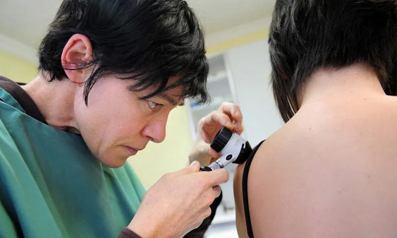 """وجد أطباء الأمراض الجلدية عددًا من الأمراض الجلدية المرتبطة بفيروس """"كورونا""""- (Getty Images)"""