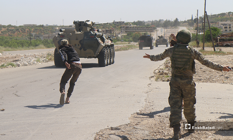 متظاهرون على الطريق الدولي حلب اللاذقية يرشقون العربات الروسية بالبيض والحجارة - 14 أيار 2020 (عنب بلدي/ يوسف غريبي)