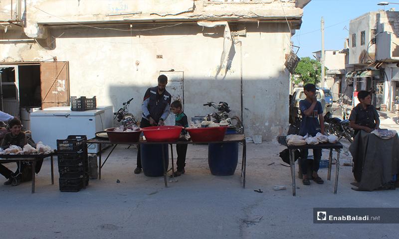 أطفال ورجل يبيعون السوس في بلدة سرمين برف إدلب الشرقي- 8 من أيار (عنب بلدي)