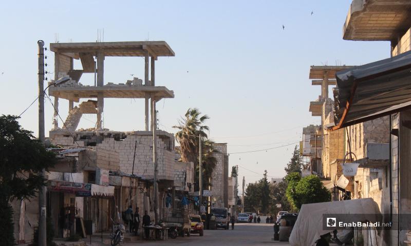 شارع في بلدة سرمين بريف إدلب الشرقي وبناء عالي مهدم فيه- 8 من أيار (عنب بلدي)