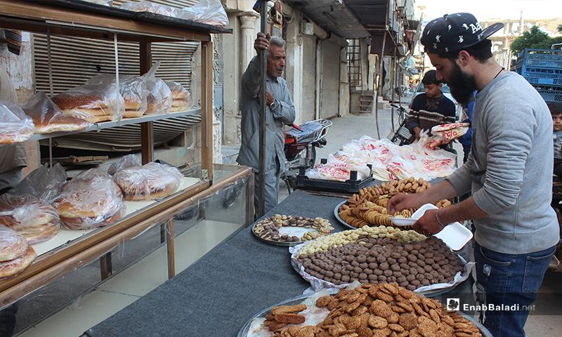 شخص يشتري الكعك في بلدة سرمين بريف إدلب الشرقي قبل الإفطار- 8 من أيار (عنب بلدي)