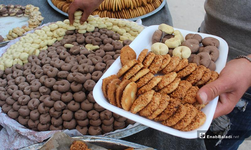"""شخص ينتقي بطبق كعك """"بيتفور"""" في بلدة سرمين بريف إدلب الشرقي- 8 من أيار (عنب بلدي)"""