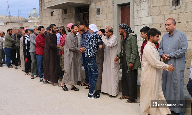 معايدة الأهالي أمام المسجد في بلدة دابق بعد أداء صلاة عيد الفطر - 24 أيار 2020 (عنب بلدي/ عبد السلام مجعان)