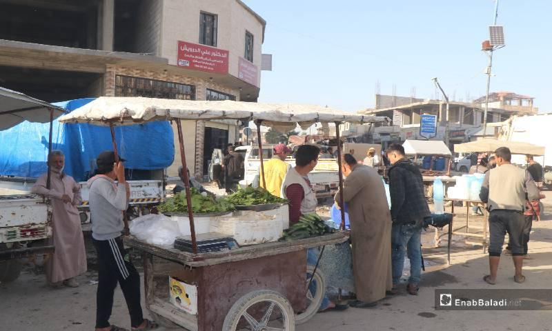 عربات بيع الخضروات والثلج منتشرة في شوارع مدينة الرقة 12  من أيار 2020 (عنب بلدي)