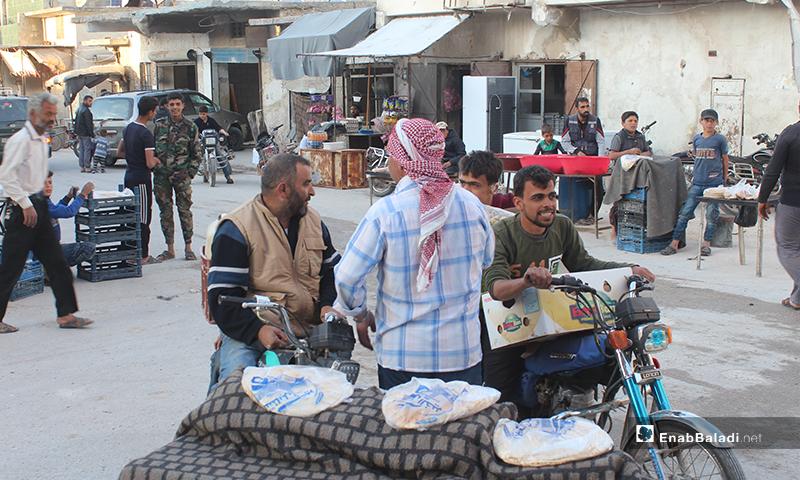 أشخاص يشترون الخبز في بلدة سرمين بريف إدلب الشرقي قبل الإفطار- 8 من أيار (عنب بلدي)