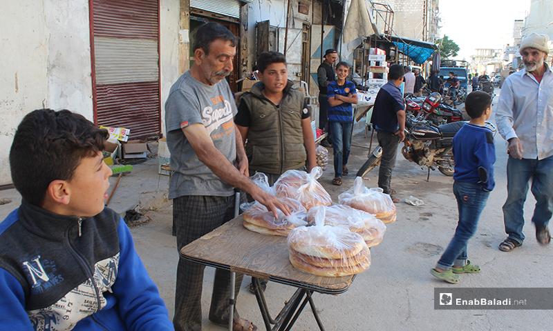 بائع معروك في بلدة سرمين بريف إدلب الشرقي- 8 من أيار (عنب بلدي)