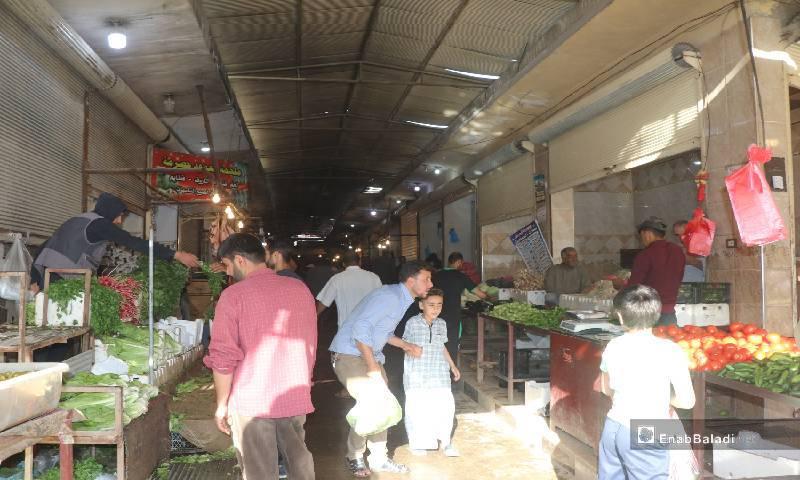 سوق مغطى يضم عدة محلات في مدينة الرقة 12  من أيار 2020 (عنب بلدي)