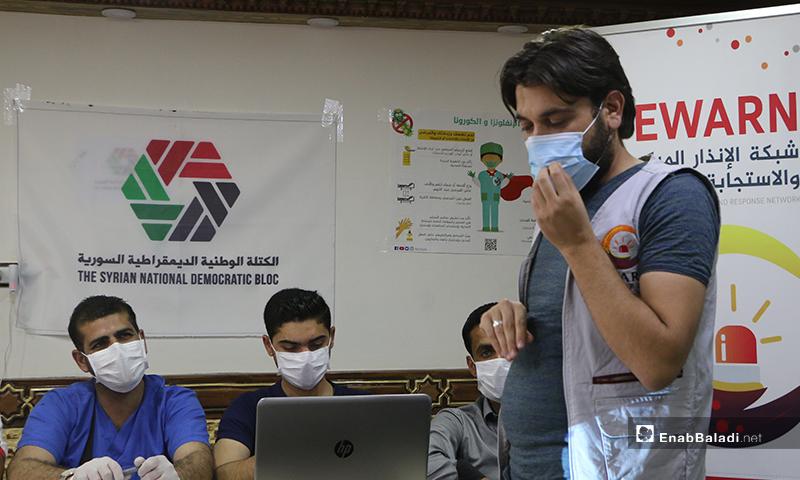 إلقاء مدرب درس نظري في الدورة التدريبية حول مخاطر جائحة كورونا في بلدة كفر بارح شمال حلب - 21 أيار 2020 (عنب بلدي/ عبد السلام مجعان)