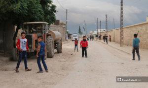 أطفال في أحد شوارع بلدة دابق شمال حلب مع ساعات الصباح الأولى في أول أيام عيد الفطر - 24 أيار 2020 (عنب بلدي/ عبد السلام مجعان)