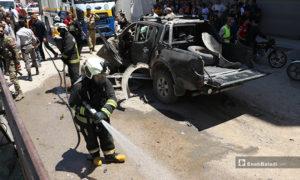 عنصر من الدفاع المدني يقوم بعمله في مكان انفجار السيارة التابعة لعنصر من فصيل السلطان مراد في مدينة الباب- 25 من أيار (عاصم الملحم/ عنب بلدي)
