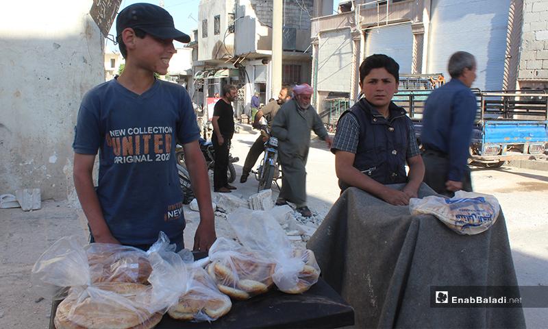 طفلان يبيعان المعروك  في بلدة سرمين بريف إدلب الشرقي- 8 من أيار (عنب بلدي)