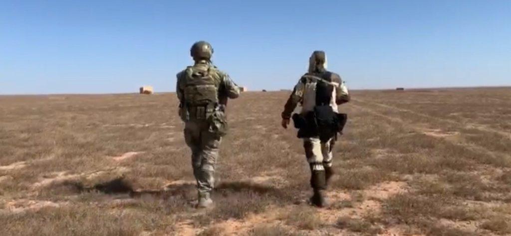 """مقاتلون من ميليشيا """"لواء القدس"""" تفكك ألغامًا زرعها تنظيم """"الدولة"""" في البادية السورية- 30 من أيار 2020 ( أوليغ بلوخين)"""