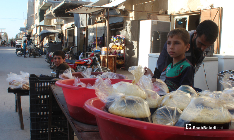 طفل يبيع عصير السوس ببلدة سرمين بريف إدلب الشرقي- 8 من أيار (عنب بلدي)