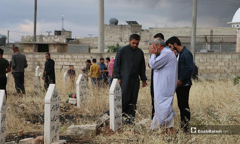 أهالي بلدة دابق شمال حلب خلال زيارتهم للقبور بعد أداء صلاة عيد الفطر - 24 أيار 2020 (عنب بلدي/ عبد السلام مجعان)