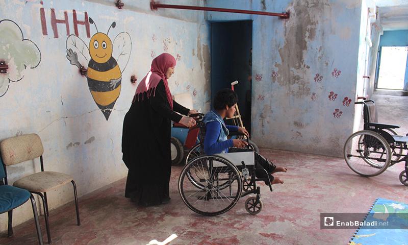 فتحضرهم والمتطوعون معها إلى المدرسة مشيًا على الأقدام