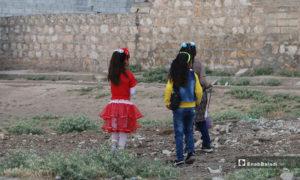 فتيات يرتدين ثياب العيد مع ساعات عيد الفطر الأولى في بلدة دابق شمال حلب - 24 أيار 2020 (عنب بلدي/ عبد السلام مجعان)