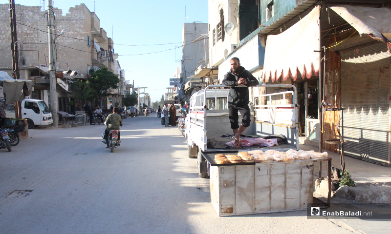 بائع معروك يقف أمام بسطته على سيارته في بلدة سرمين بريف إدلب الشرقي- 8  من أيار (عنب بلدي)