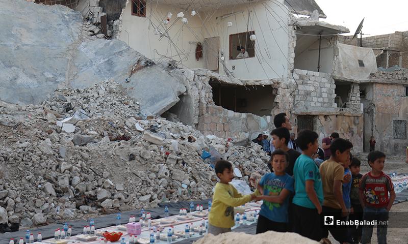 أطفال ينتظرون اكتمال المائدة الجماعية في مدينة الأتارب قبل الإفطار- 8 من أيار (عنب بلدي)
