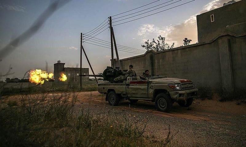 عناصر من قوات الوفاق الوطني خلال اشتباكات بالرشاشات مع قوات حفتر (الأناضول)