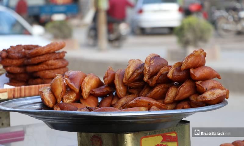 القطايف من أشهر الحلويات الرمضانية في سوريا تباع في أسواق مدينة الباب 4 من أيار 2020 (عنب بلدي)