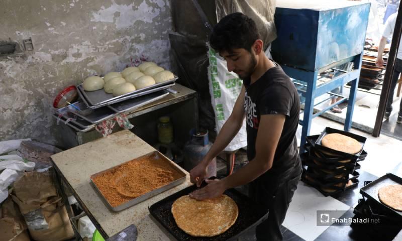 صناعة خبز المعروك في أحد أفران مدينة الباب 4 من أيار 2020 (عنب بلدي)